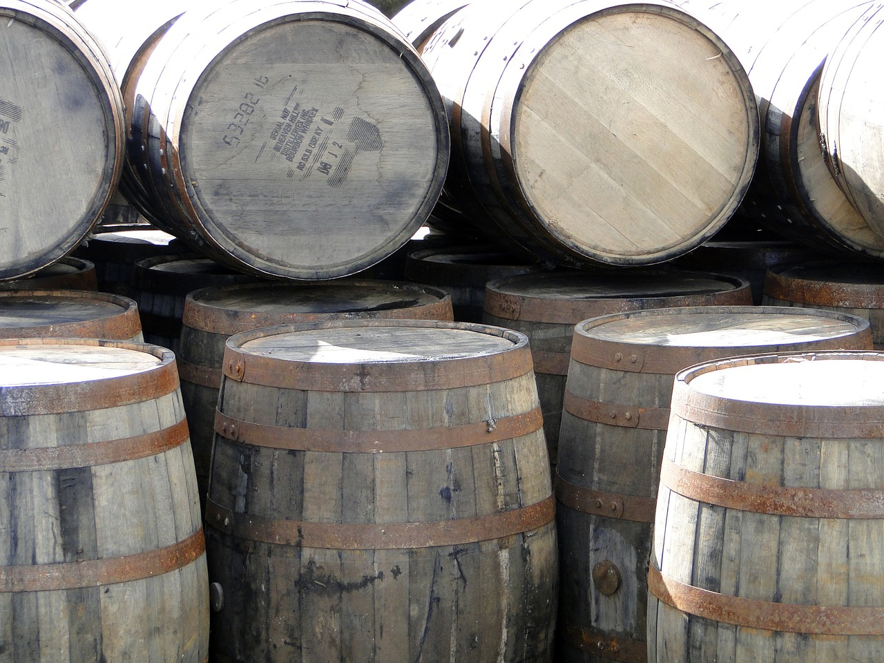 whiskey-barrels-667387_1280